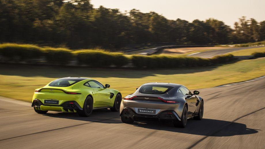 Aston Martin Vantage grau und gelb Heck