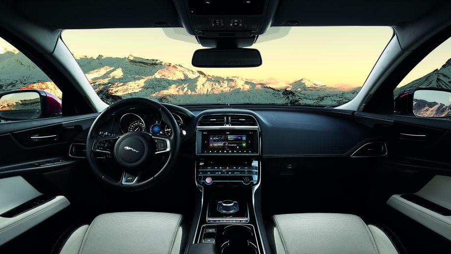 Jaguar XE S Limousine Interieur