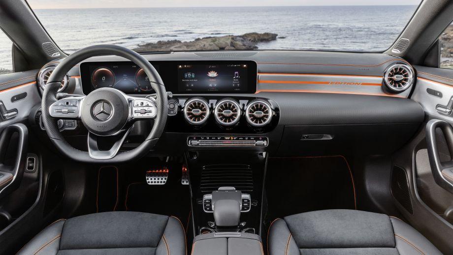 Mercedes Benz CLA AMG-Line kosmosschwarz Interieur MBUX